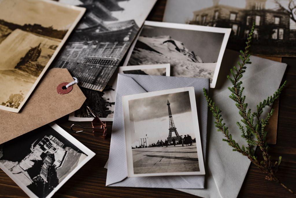 bilder på hög som föreställer bland annat eiffeltornet