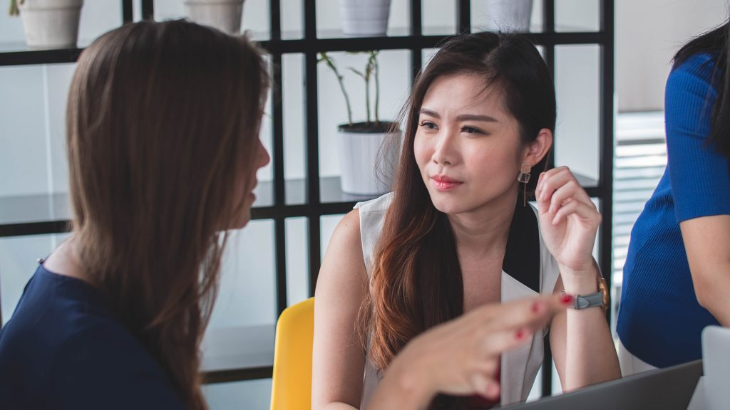 Två kvinnor konverserar