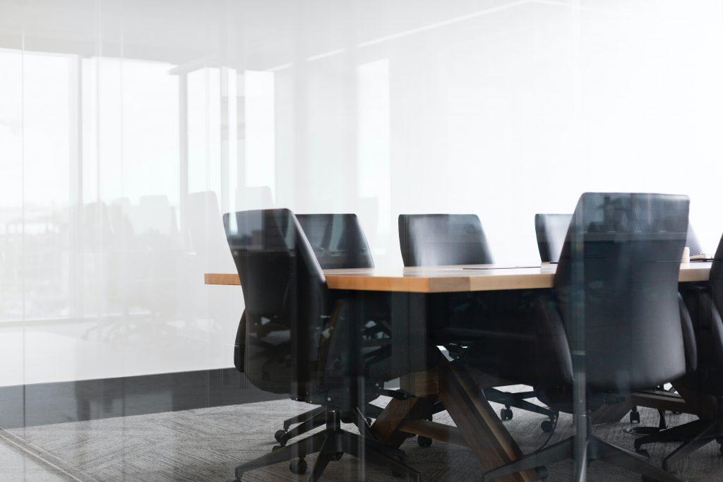 Modernt konferensrum med svarta läderstolar